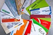Versicherungskarten verschiedener Krankenkassen (Bild: KEYSTONE/Gaetan Bally)