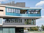 Man sieht es ihr nicht unbedingt an, aber die blaugrüne Fassade liefert Strom und warmes Wasser. (Bild: Roman Keller)
