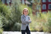 In der Natur wie hier an der renaturierten Lorze in Baar tankt SP-Politikerin Barbara Gysel Energie für ihren arbeitsreichen Alltag. (Bild: Maria Schmid (27. August 2018)