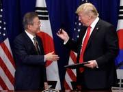 Südkoreas Präsident Moon Jae In und US-Präsident Donald Trump nach der Unterzeichnung des neuen Handelsabkommens in New York. (Bild: KEYSTONE/AP/EVAN VUCCI)