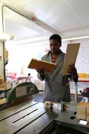 Der Eritreer Filimon Testalem hat sich für den Holzkurs entschieden. (Bild: Ines Biedenkapp)