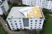 Dieses Gebäude in Seewen verlor die Hälfte des Daches. (Bild: Geri Holdener)