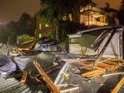 Das Sturmtief «Fabienne» bescherte der Schweiz am Sonntag turbulente Abend- und Nachtstunden. Im Vergleich kam sie aber glimpflich davon. Das Bild zeigt ein von dem Sturm zerstörtes Haus im deutschen Bundesland Sachsen. (Bild: KEYSTONE/DPA/BERND MAERZ)