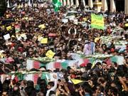 Zehntausende Iranerinnen und Iraner haben am Montag den Opfern gedacht, welche am Wochenende bei einer Attacke an einer Militärparade getötet worden sind. (Bild: KEYSTONE/AP/EBRAHIM NOROOZI)