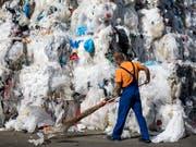 Abfallberg aus Plastik bei einer Recycling-Frima im thurgauischen Eschlikon. (Bild: KEYSTONE/ALEXANDRA WEY)