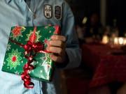 Welche Geschenke Politiker annehmen dürfen und welche nicht, wollen die Grünen im Kanton Waadt nach den Affären Maudet und Broulis glasklar geregelt haben. (Bild: KEYSTONE/PETER SCHNEIDER)
