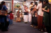 Ein hinduistischer Gottesdienst (Puja) im Tempel in Gisikon (Bild: Archiv LZ/Michael Buholzer 2004).