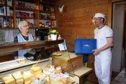Thomas Schnider in Giswil leitet die Molkerei, die vor 25 Jahren aus einer Milchsammelstelle entstand. Hier im Laden mit seiner Mutter Lisbeth (Bild: Marion Wannemacher (14. März 2014))