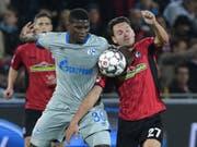 Breel Embolo (links) muss mit Schalke auch gegen Freiburg als Verlierer vom Platz (Bild: KEYSTONE/dpa/SILAS STEIN)