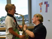 Die Dirigentin der Musikgesellschaft Bichelsee-Balterswil, Tina Egger, zeigt den Schülern aus Wallenwil, wie man mit dem Saxofon umgeht.