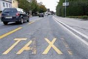 Tixi Zug möchte mit ihren Behindertentaxis diese Busspur auf der Chamerstrasse benutzen dürfen. (Bild: Werner Schelbert (21. September 2018))