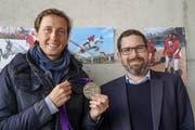 Martin Fuchs posiert im Reitstall mit seiner Silbermedaille und dem Wängemer Gemeindepräsidenten Thomas Goldinger. (Bild: Maya Heizmann)