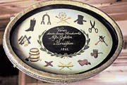 Vereinszeichen des Gesellen-Krankenvereins Urnäsch mit Symbolen der verschiedenen Handwerke. (Bild: Appenzeller Brauchtumsmuseum Urnäsch)