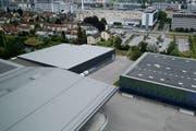 Der Multifunktionsplatz soll zwischen Sport- (rechts) und Trainingshalle (links) erstellt werden. (Bild: Stefan Kaiser (Zug, 11. Juli 2016))
