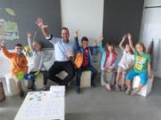Schulleiter Dominik Bayer mit zufriedenen Kindern.