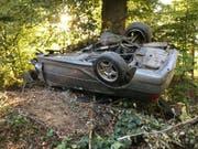 In einem Waldstück neben der Autobahn A1 in Suhr AG gefunden: Der Lenker dieses demolierten Autos erlitt beim Selbstunfall tödliche Verletzungen. (Bild: Handout Kantonspolizei Aargau)