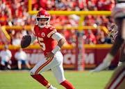 Patrick Mahomes II, Quarterback der Kansas City Chiefs, zeigte auch die San Francisco 49ers einen Galaauftritt. (Bild Charlie Riedel/AP (Kansas City, 23. September 2018))