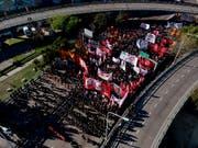 In Argentinien gingen die Bürgerinnen und Bürger am Dienstag statt zur Arbeit auf die Strasse: Ein Generalstreik gegen die Wirtschaftspolitik der Regierung legte das Land weitgehend lahm. (Bild: KEYSTONE/AP/NATACHA PISARENKO)