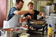Markus und Daniela Bösch bereiten eine Bolognese-Sauce vor, sie funktionieren dabei als eingespieltes Team. (Bild: Timon Kobelt)
