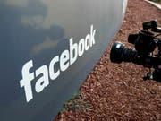 Frühere Mitarbeiterin verklagt Facebook wegen erlittenem Trauma durch Schock-Inhalte. (Bild: KEYSTONE/AP/PAUL SAKUMA)