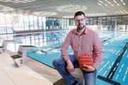 Timo Koller, Präsident des SC Frosch, in der neuen Trainingsstätte: das Ägeribad. (Bild: Werner Schelbert (Oberägeri, 25. September 2018))