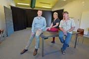 Gemeinderat Valentin Hasler, Pro-Theaterhaus-Präsidentin Alexandra Beck und Bilitz-Leiter Roland Lötscher im neuen Proberaum. (Bild: Mario Testa)