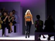 Donatella Versace und ihre Familie verkaufen ihr legendäres Modehaus an Michael Kors für über 2 Milliarden Dollar. (Bild: KEYSTONE/AP/ANTONIO CALANNI)