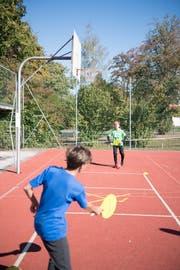 Zwei Schüler treten gegeneinander im Street-Racket an. (Bild: Roger Grütter, 25. September 2018)