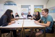 Am ersten Politiktag an der Kantonsschule am Burggraben üben sich Schülerinnen und Schüler im Debattieren. (Bild: Ralph Ribi)