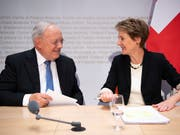 Bundesrat Johann Schneider-Ammann und Bundesrätin Simonetta Sommaruga sind sich einig: Sie halten die Selbstbestimmungsinitiative der SVP für gefährlich. (Bild: KEYSTONE/ANTHONY ANEX)