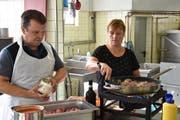 Effiziente Arbeitsteilung: Markus Bösch hackt die Zwiebeln klein, während seine Frau Daniela «Ghackets» anbrät. (Bild: Timon Kobelt)