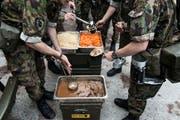 Bereiten jedes Jahr Millionen von Mahlzeiten zu: die Köche der Schweizer Armee. (Bild: Christian Beutler/Keystone)