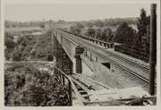 Das Archivbild der Thurbrücke Schwarzenbach zeigt den Schrägaufzug zur Kiesförderung in den 20er-Jahren. (Bild: Archiv ETHZ)