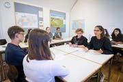 In kleineren Gruppen liefern sich Schülerinnen und Schüler der Kantonsschule einen verbalen Schlagabtausch. (Bild: Ralph Ribi)