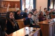 Die Jugendlichen geben im Landratssaal ihre Stimmen ab. (Bild: Urs Hanhart (Altdorf, 26. September 2018))