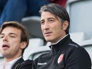 Wieder auf der Bank statt auf der Tribüne: Sion-Trainer Murat Yakin darf gegen Zürich das Coaching übernehmen (Bild: KEYSTONE/PETER SCHNEIDER)
