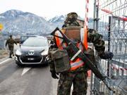Die Armee bewacht das WEF in Davos auch in den nächsten Jahren. (Bild: KEYSTONE/GIAN EHRENZELLER)