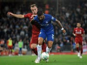 Xherdan Shaqiri bedrängt Emerson Palmieri von Chelsea (Bild: KEYSTONE/AP/RUI VIEIRA)