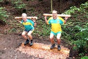 Sie zeigen, wie die Übung «Der Lindenstemmer» korrekt ausgeführt wird. (Bild: PD)