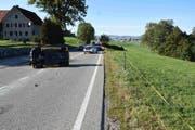 Das Auto des 44-Jährigen kippte zur Seite und blieb auf der Gegenfahrbahn liegen. (Bild: Kapo St.Gallen)