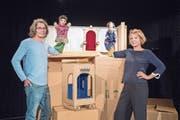 Stephan Zbinden und Frauke Jacobi mit den «Glücksforschern» Franzi und Didi vor dem Forschungslabor im Figurentheater. (Bild: Urs Bucher)