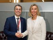 Aussenminister Cassis hat am Rande der Uno-Generalversammlung zahlreiche bilaterale Gespräche geführt. So traf er auch mit der EU-Aussenbeauftragten Federica Mogherini zusammen. (Bild: KEYSTONE/PETER KLAUNZER)