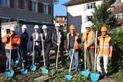 Gemeindepräsident Elmar Metzger macht mit einem grossen Team den Spatenstich (Bild: Tobias Bruggmann)