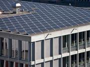 Auf www.sonnendach.ch können Hausbesitzer prüfen, ob sich das Dach ihres Hauses für eine Solaranlage eignet. (Bild: KEYSTONE/GAETAN BALLY)