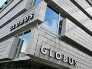 Die Warenhausgruppe Globus rechnet im laufenden Jahr mit einem Umsatzrückgang von rund 3 Prozent. (Bild: KEYSTONE/WALTER BIERI)