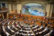 Parlamentarier debattieren an der Herbstsession der Eidgenössischen Räte am Mittwoch, 26. September 2018 im Nationalrat in Bern. (Bild: Anthony Anex/Keystone)