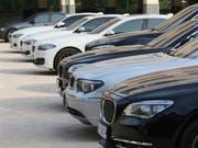 BMW-Händler in Deutschland wehren sich gegen neue Verträge, die ihnen vom Autokonzern vorgelegt wurden. Sie drohen BMW mit einem Verkaufsstopp. (Bild: KEYSTONE/AP/AHN YOUNG-JOON)