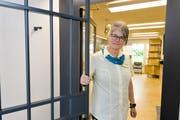 Postangestellte Elvira Gelmetti schliesst die Türen zur Poststelle Kurzdorf bald zum letzten Mal. (Bild: Donato Caspari)