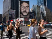 Mit der Werbekampagne mit dem Football-Spieler und Trump-Kritiker Colin Kaepernick hat Nike offenbar genau bei der Kern-Zielgruppe in den USA gepunktet. (Bild: KEYSTONE/AP/MARK LENNIHAN)