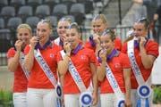 Mit bissfesten Silbermedaillen: Monika Winkler-Bischofberger (links) und das Team Lütisburg bei der Siegerehrung. (Bild: PD)